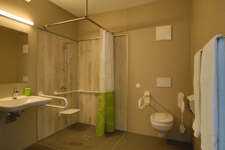 Wheelchair accessible hotel bathroom